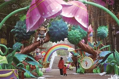 南京白鹭洲公园灯彩亮相 色彩艳丽美不胜收