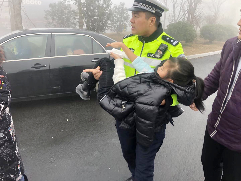 """""""雾锁""""服务区民警抱起孩子跑500多米赶急救车"""