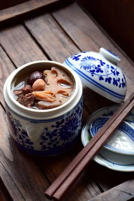 天气变冷,熬一碗滋补莲藕汤,暖胃又暖身