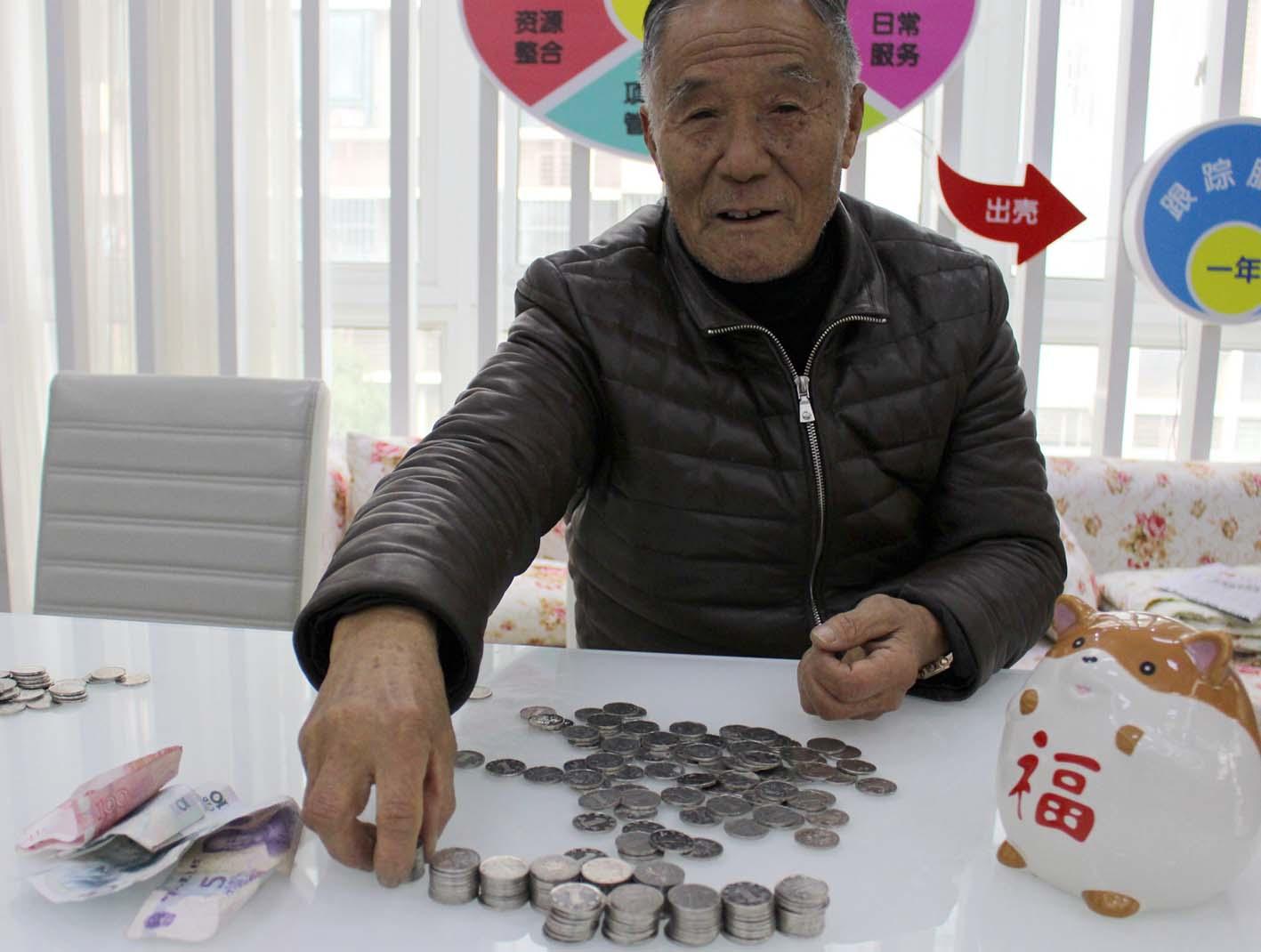 退休老教师连续5年一天省一元钱捐给最困难的人