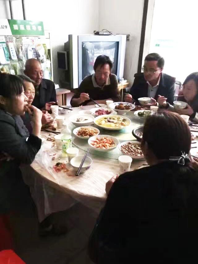 满桌家乡味腹语表演送祝福年夜饭的保留节目