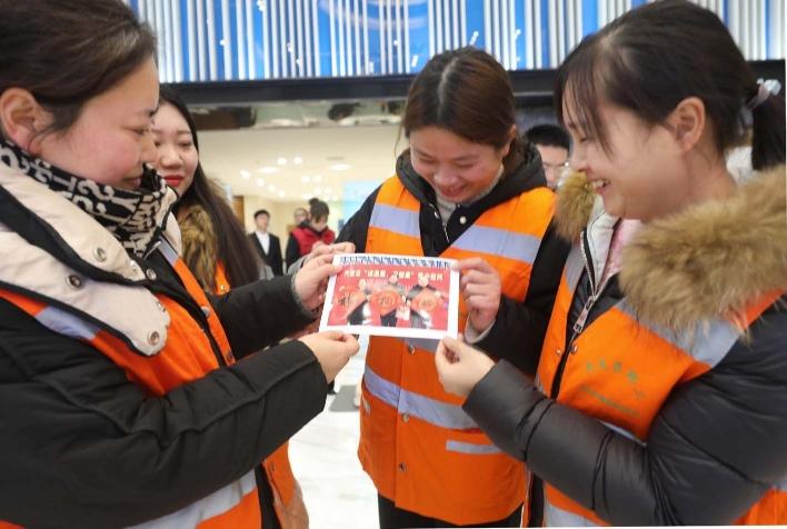 200张健康卡送给劳模消防环卫工人等职工代表