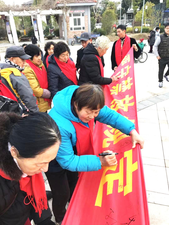 文汇街道梅苑社区党员群众迎春送福 宣传禁放