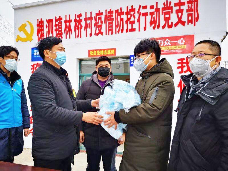 大学生自购口罩送林桥村疫情防控行动党支部