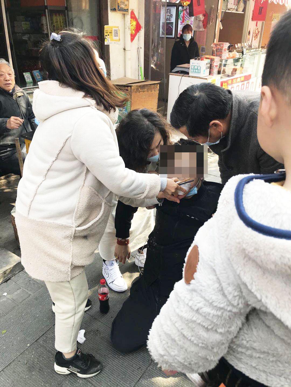 一男子瘫软一群热心人救助
