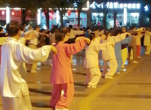 夜幕下的来鹤台广场