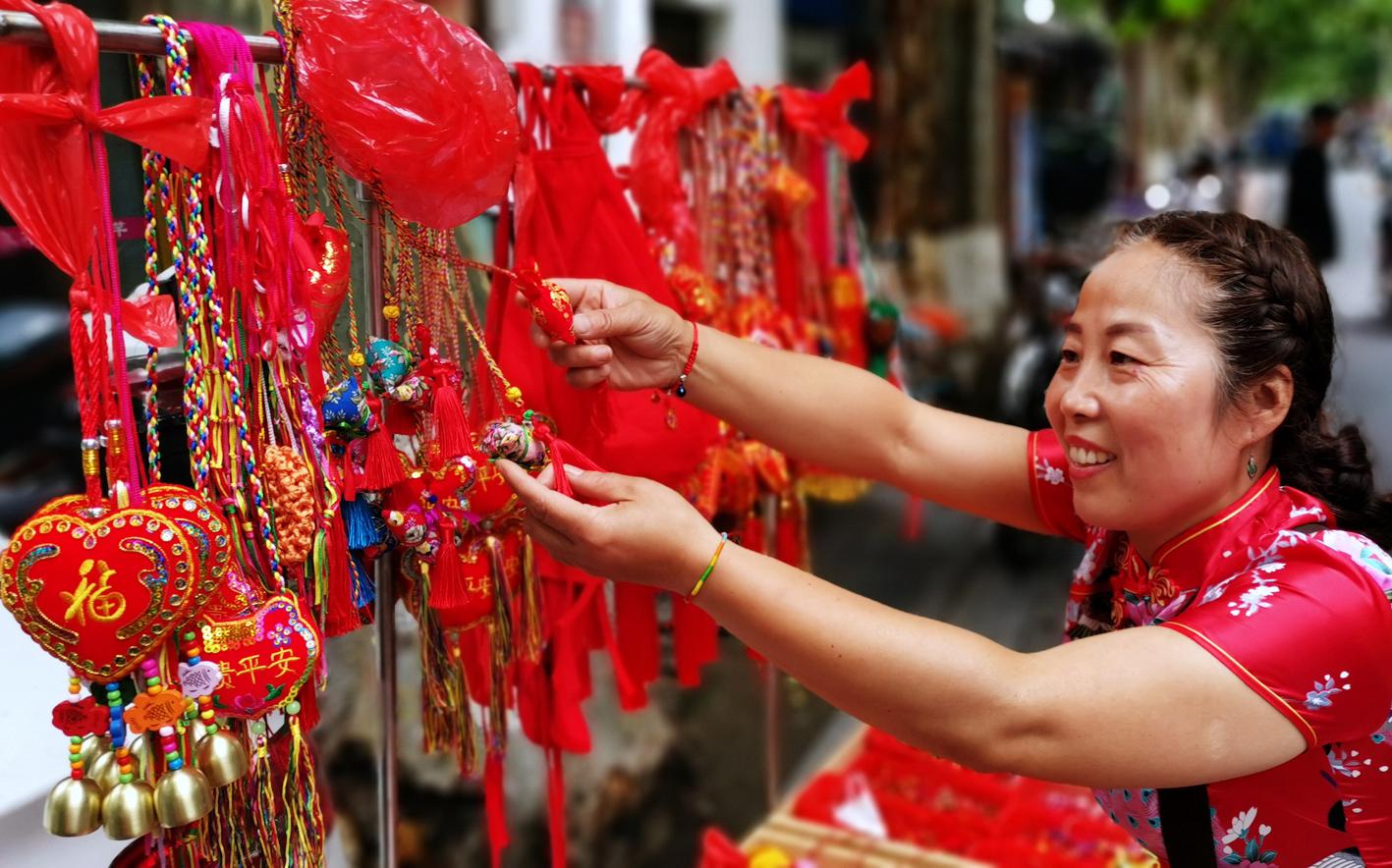 端午节传统手工艺品亮相街头