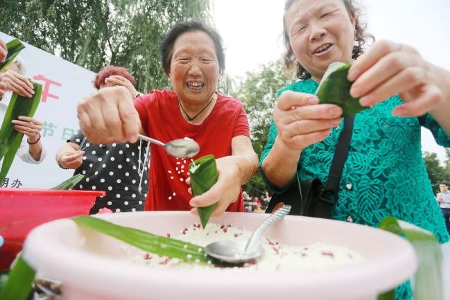 社区居民包粽子