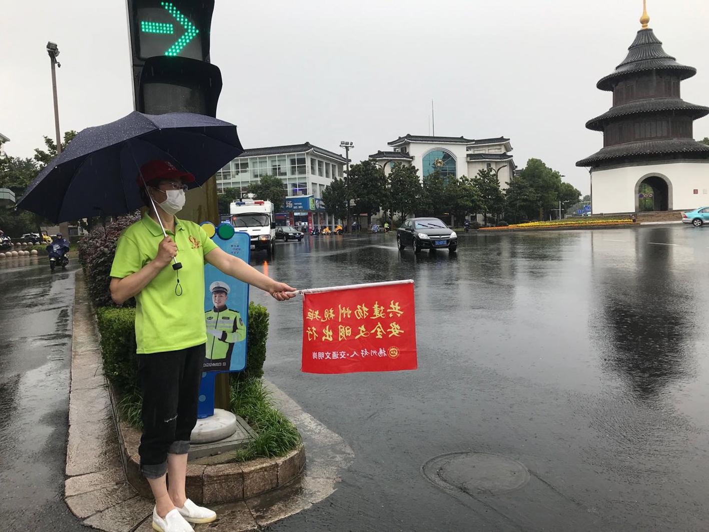 """风雨之中有道""""彩虹"""""""