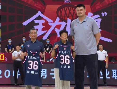 钟南山夫妇现场观看CBA比赛 姚明赠送36号球衣
