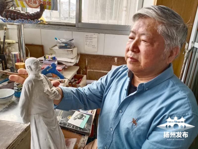 退而不休 七旬高级老雕塑家为扬州名人塑像