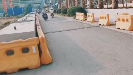 扬子江路减速带旁已放置语音提示器 市民骑行需注意
