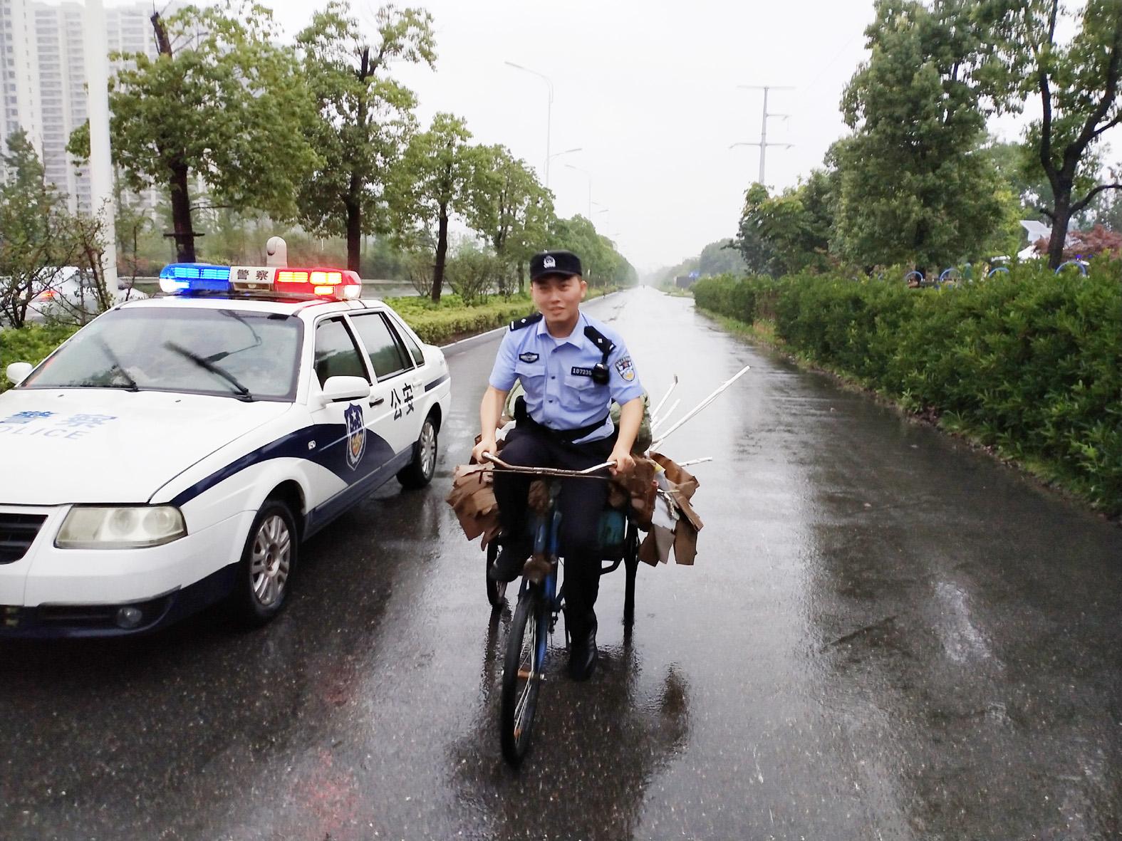 """护送迷路""""拾荒奶奶""""回家 民警雨中骑三轮"""