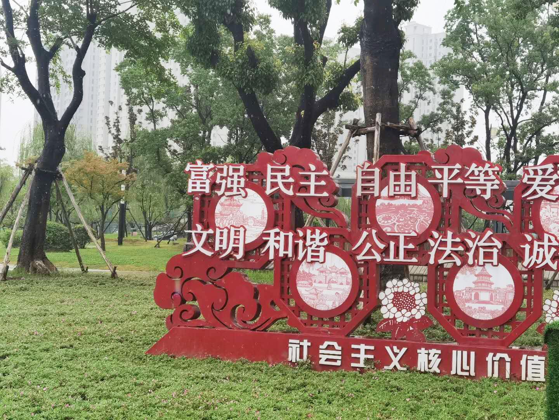 明月湖广场靠近京华城北门的宣传牌字已补上