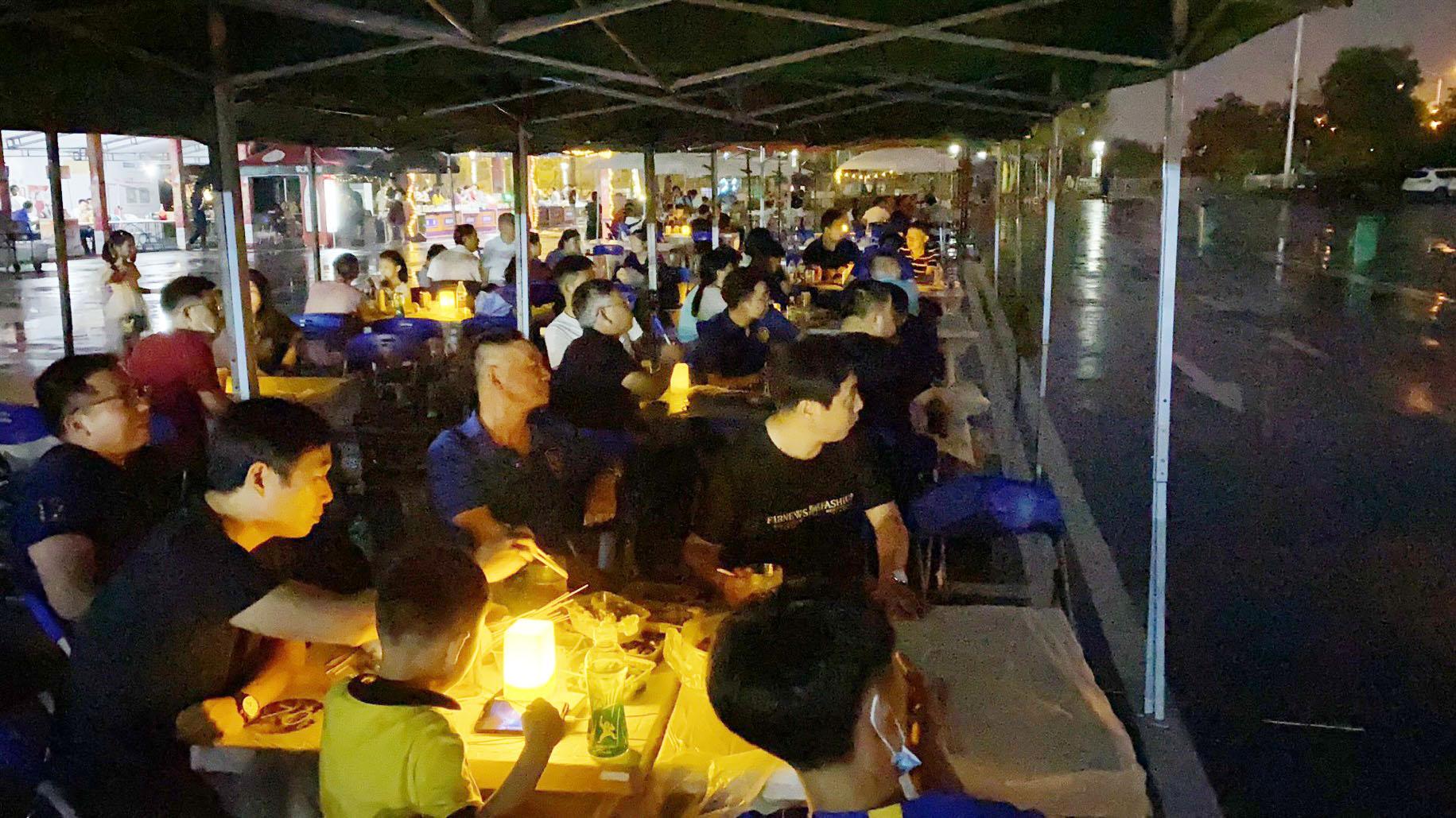 体育公园夜市嘉年华可享受到踢球、看球和美食