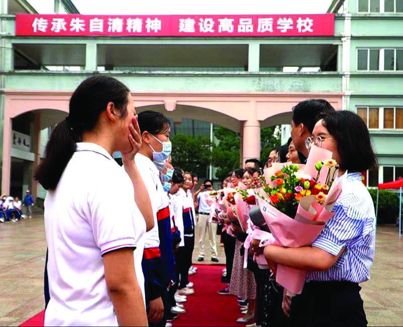 朱自清中学700名毕业生合影留念校长温情寄语