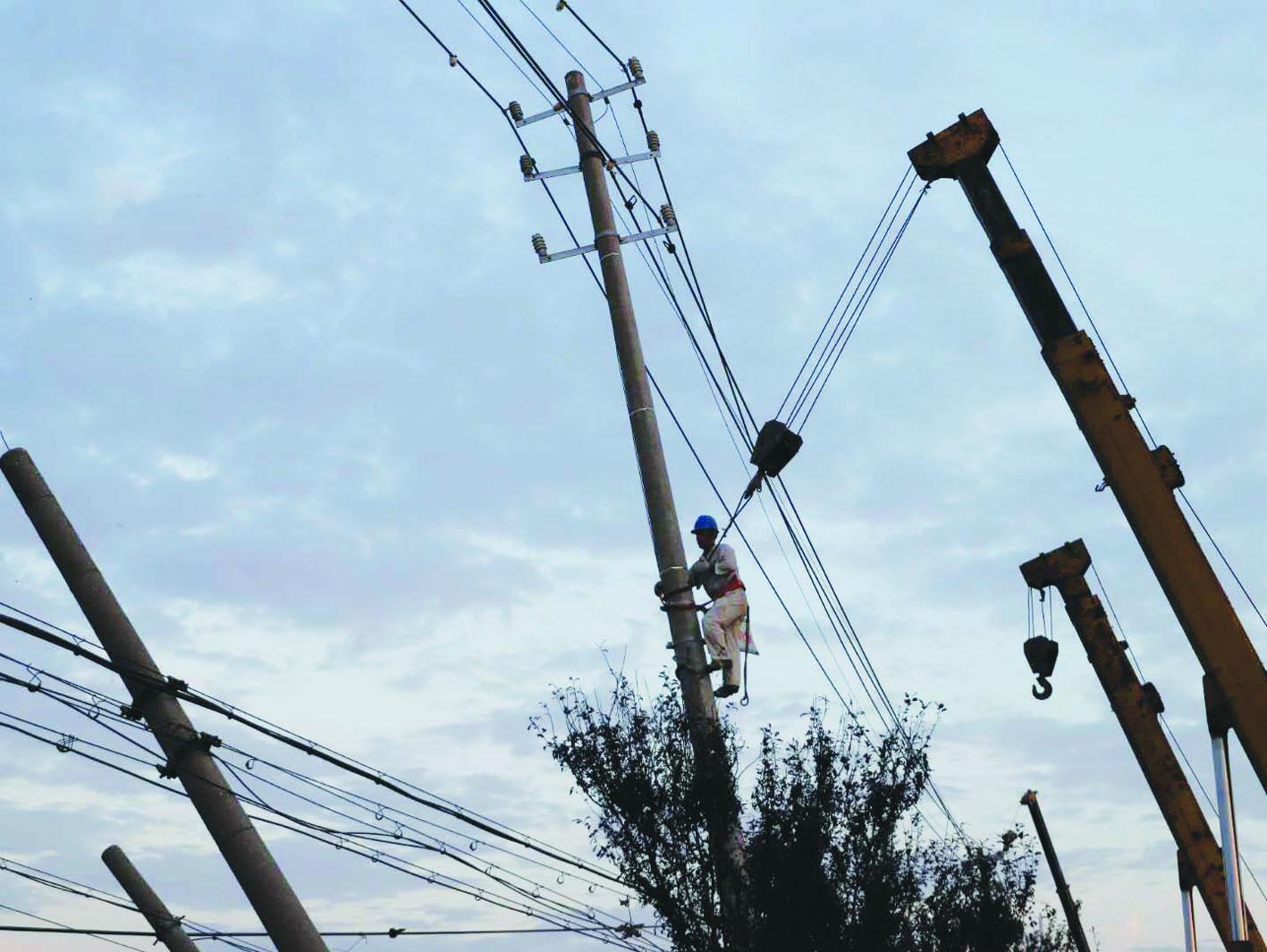 江都宝应突发强对流天气 供电部门快速出击抢修