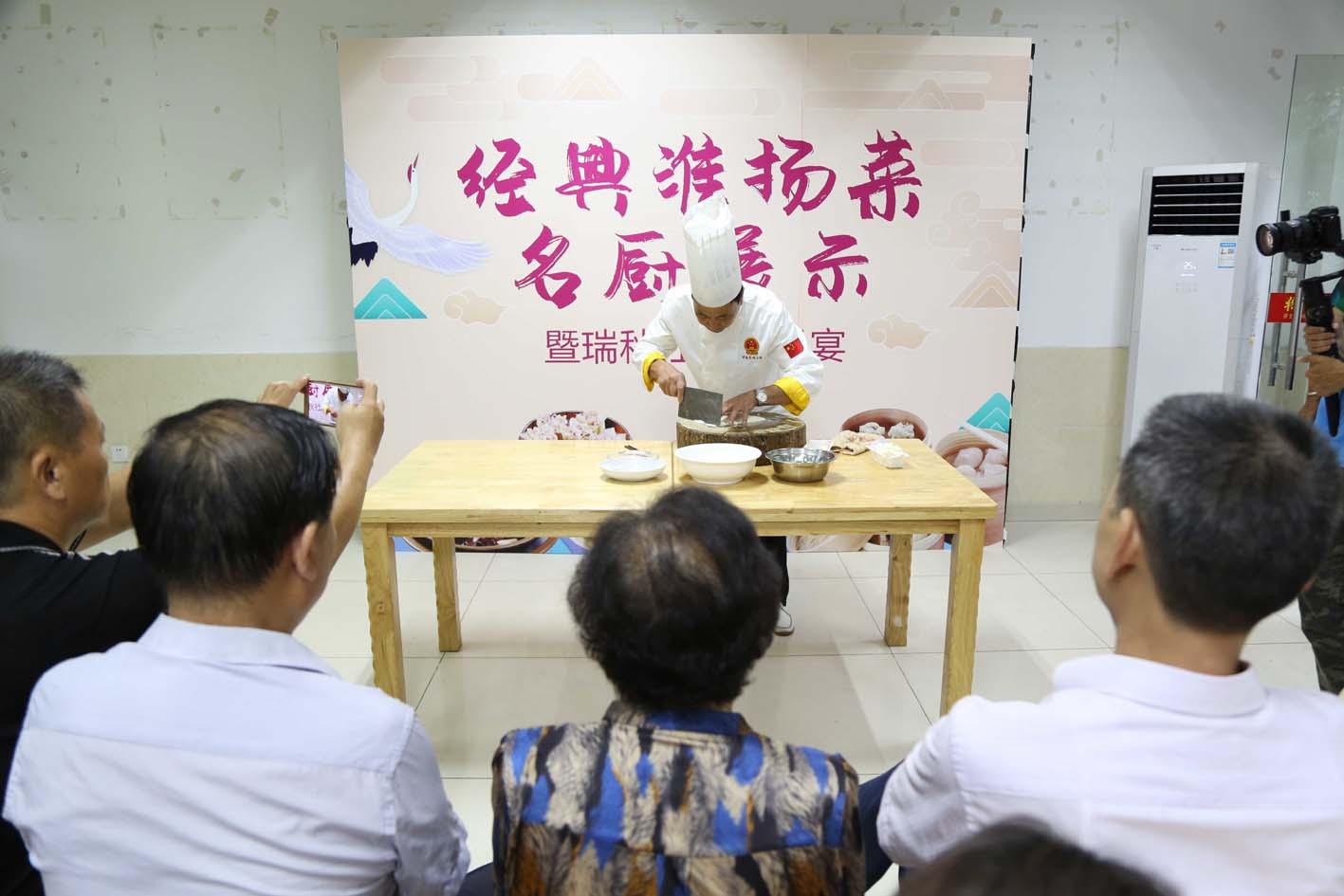 """扬州首个""""名厨进社区""""工作站挂牌"""
