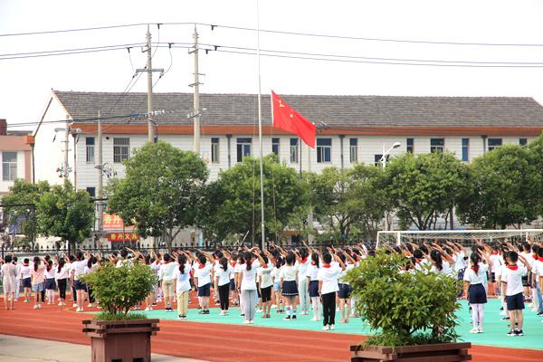 """公道小学举行""""同升国旗、同唱国歌""""升旗仪式"""