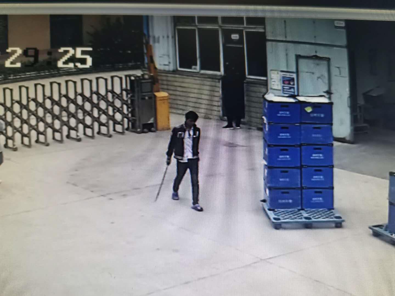 小伙酒后持刀冲进车间 民警连声暴喝他乖乖扔刀
