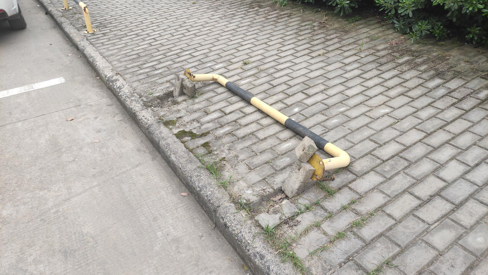 满芳庭小区南门周围人行道隔离杆多次被撞坏