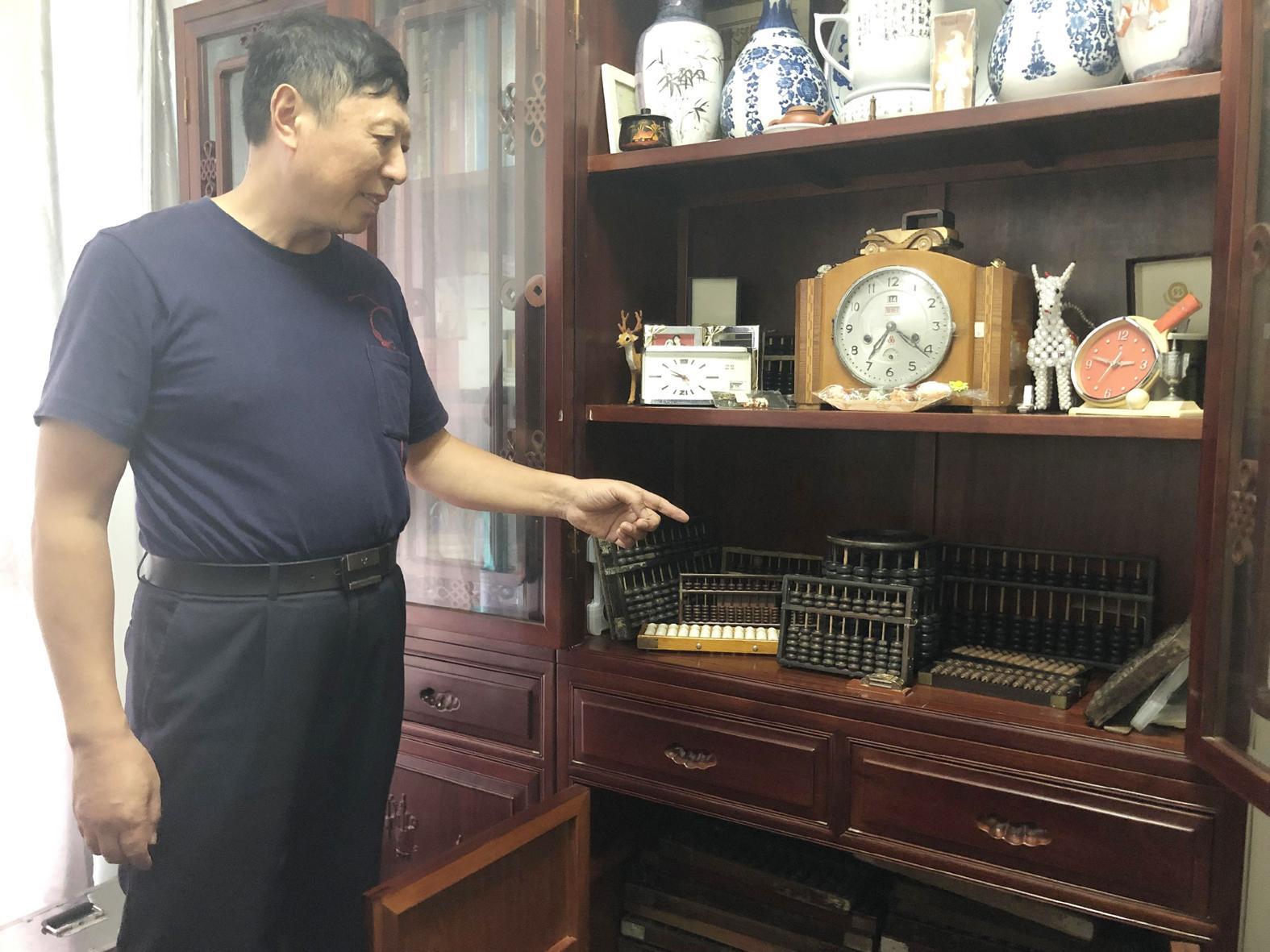 【广陵】6旬老人收藏上百算盘传承传统文化
