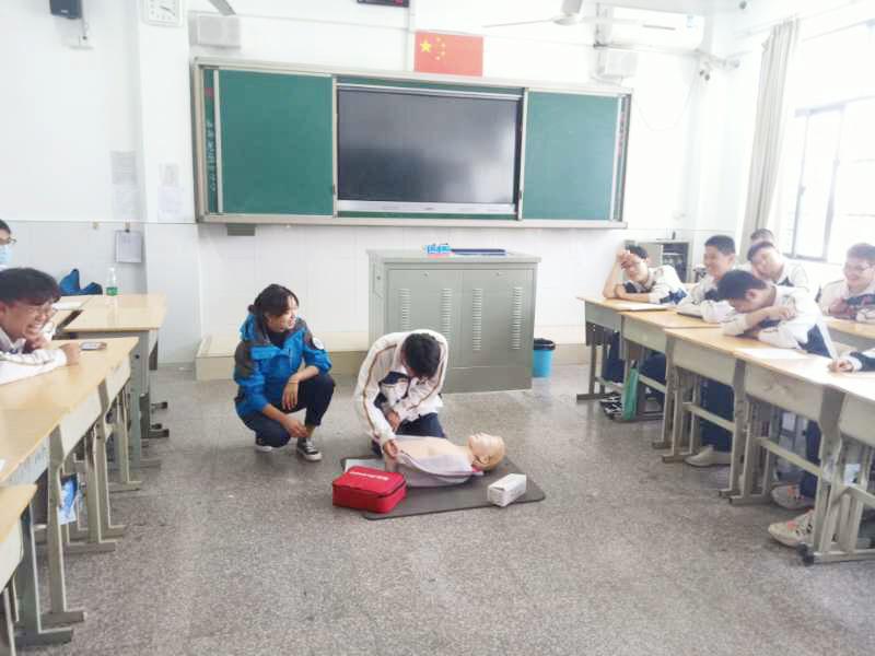 """急救知识纳入学校健康教育 """"救""""在身边这一课怎么上?"""
