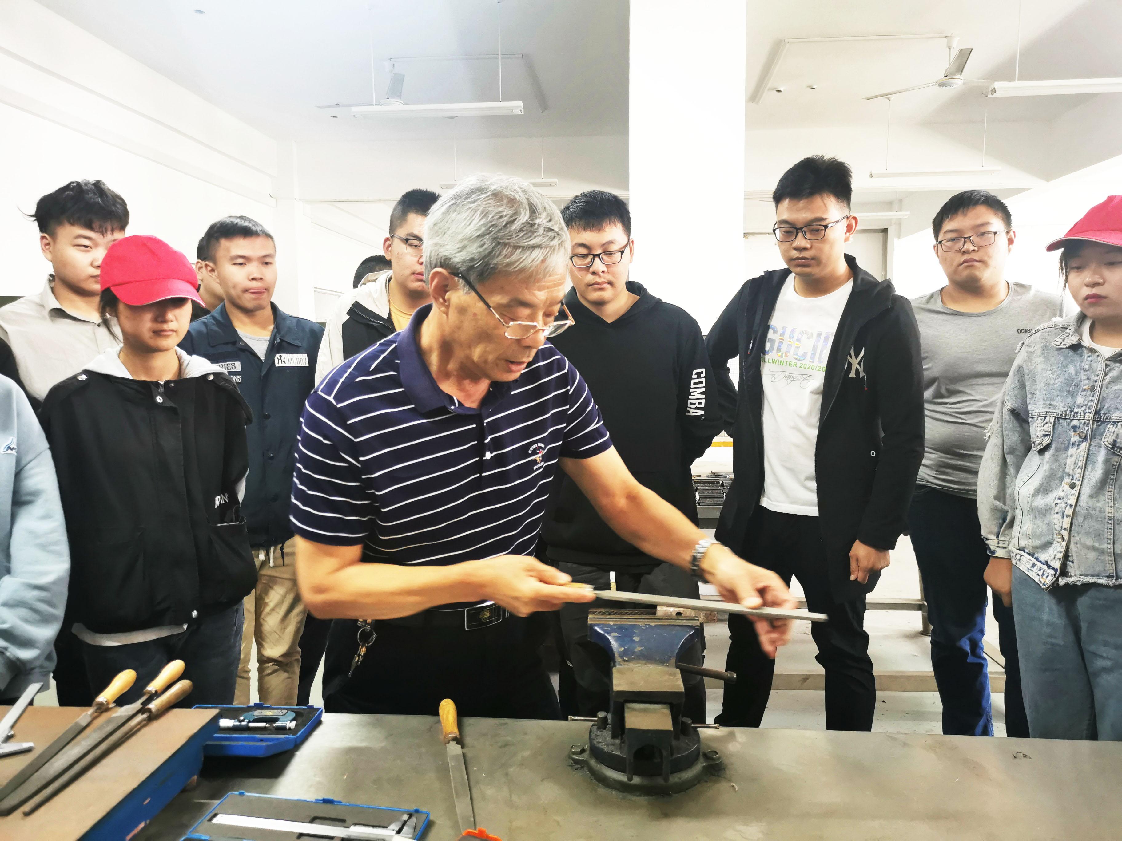 扬工院开启入学第一课 这个主讲老师是大国工匠
