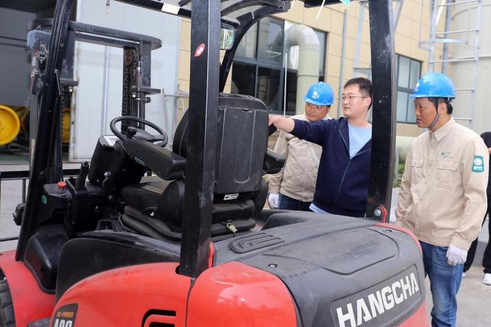 国网扬州供电公司推广绿色清洁能源 电动叉车进工厂环保节能唱主角