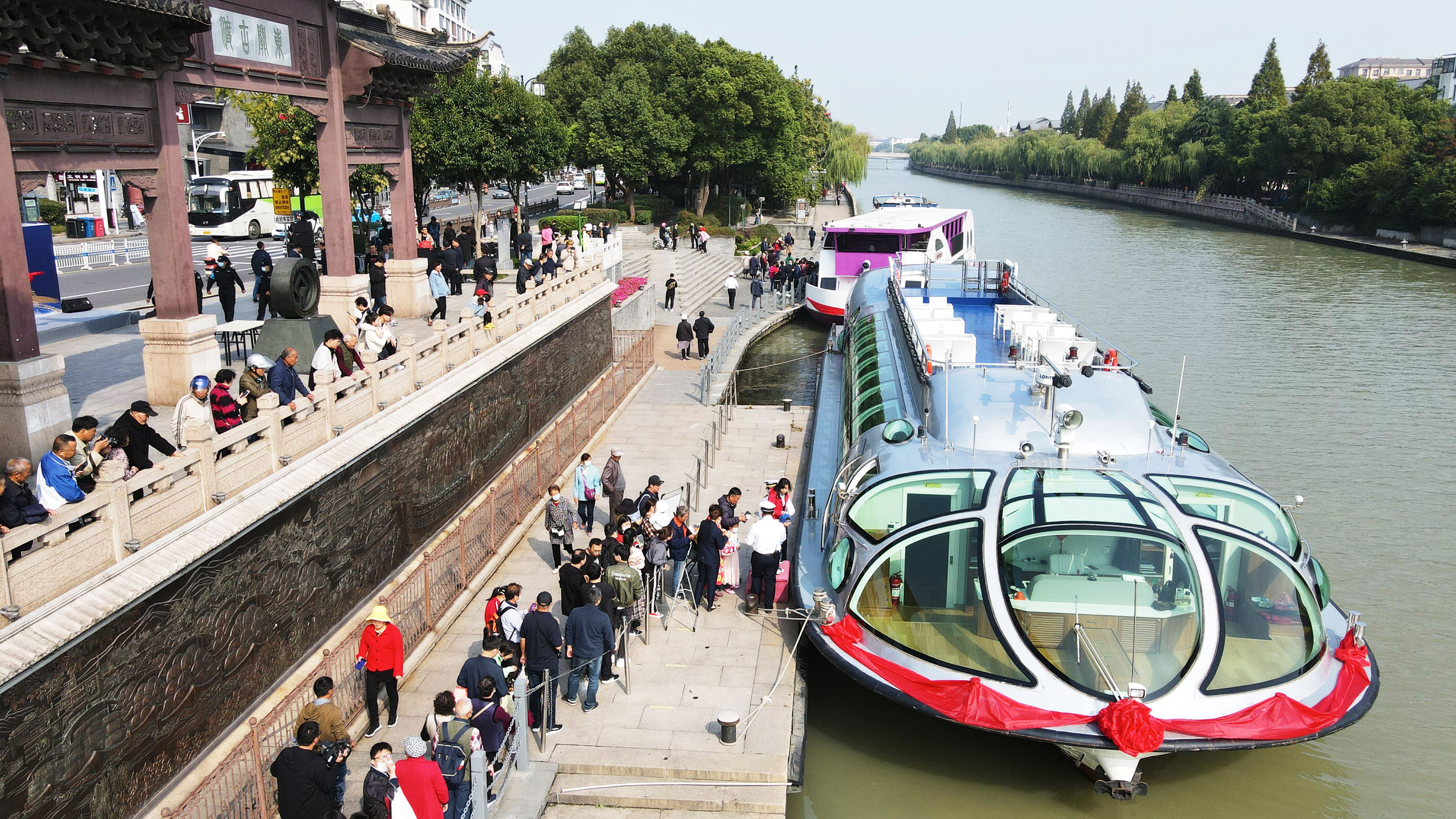"""首航!扬州5艘游船""""乘风破浪""""穿行水上景观""""长廊"""""""