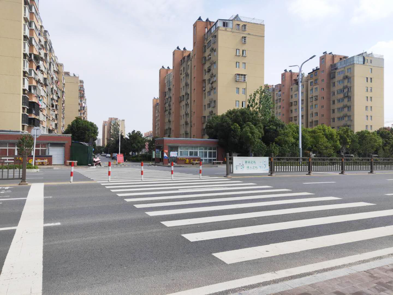 九龙花园康龙苑门口道路装隔离栏 机动车要绕圈