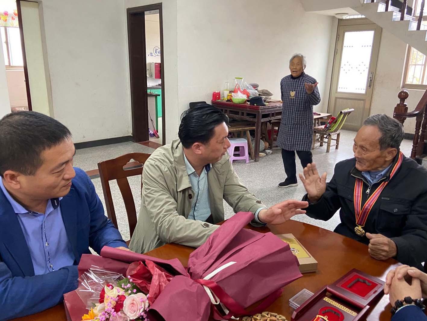 扬州志愿者:慰问抗美援朝老兵传承红色革命精神