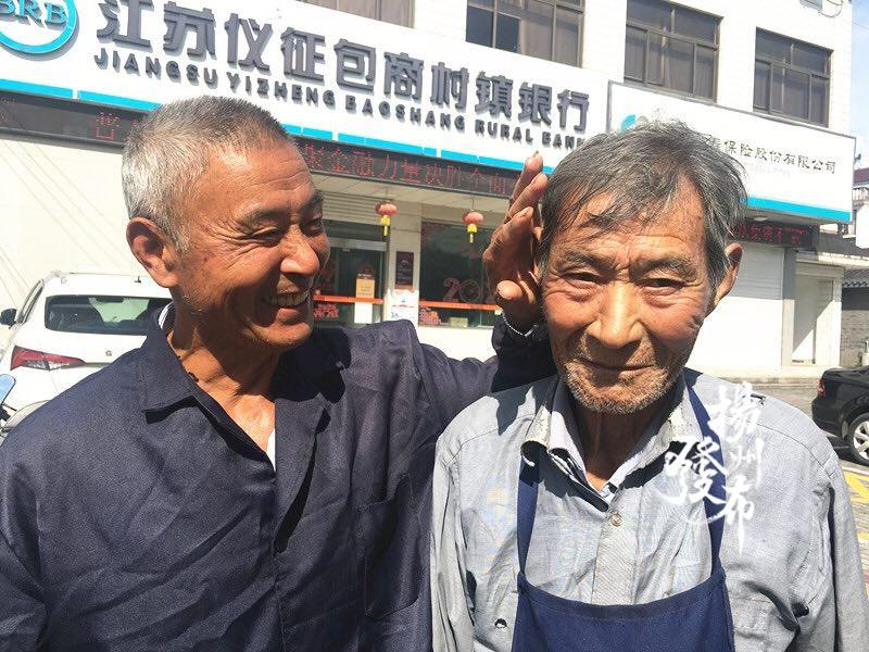 """结伴练摊十多年 仪征""""磨剪子爷爷""""有个""""白发鞋匠翻译"""""""