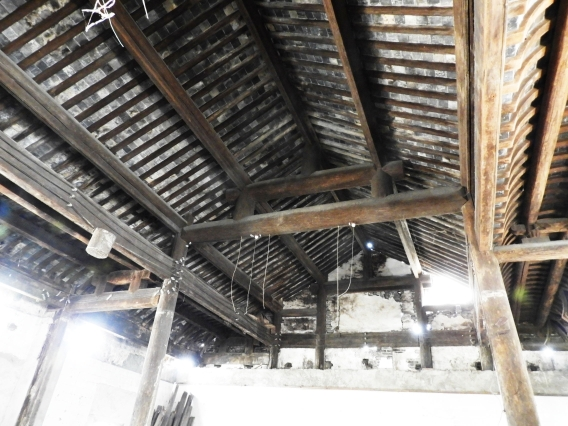 三和厂旅杉木大厅修缮,总体保存较好将揭瓦不落架大修