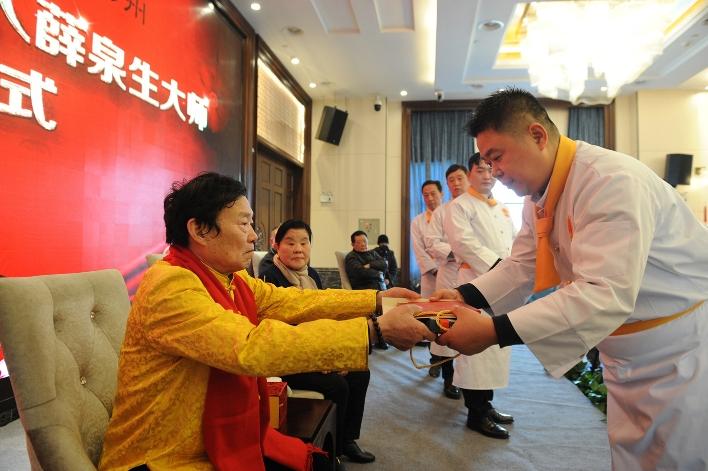 历经3年考察75岁淮扬菜大师薛泉生再收9名弟子