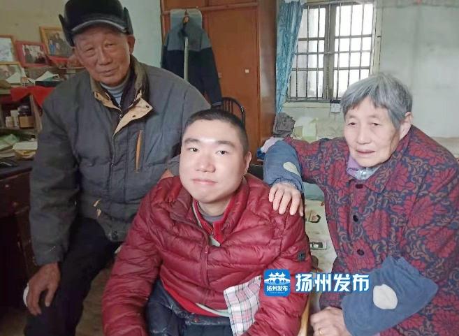"""孙儿患""""渐冻症""""20年来爷爷奶奶为他撑起一把伞"""