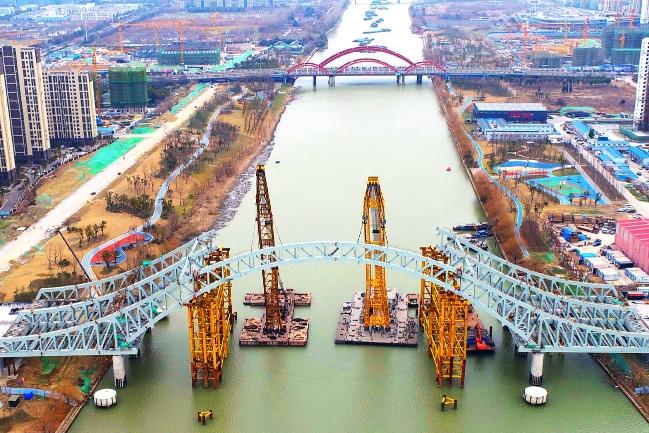 万福路跨运河大桥合龙段首节拱肋吊装