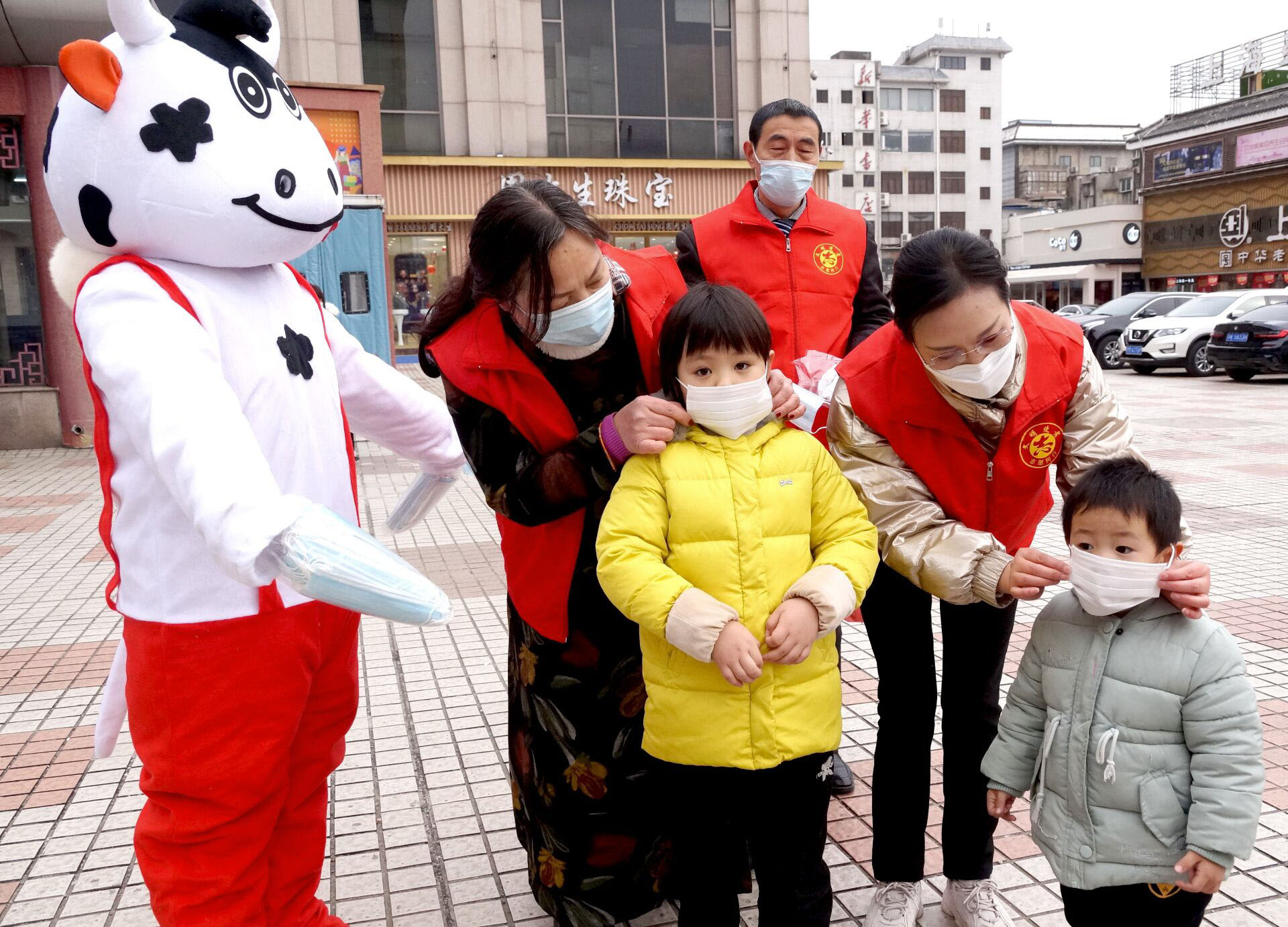 志愿者穿着玩偶服免费发放口罩