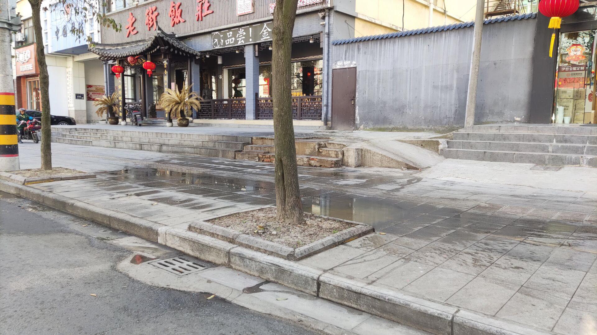 文汇西路和百祥路交叉口人行道频现污水