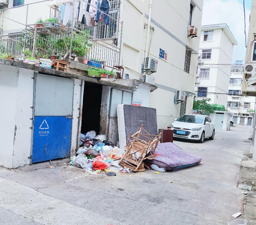 孙庄小区28栋楼下垃圾房臭气熏人 居民盼改造