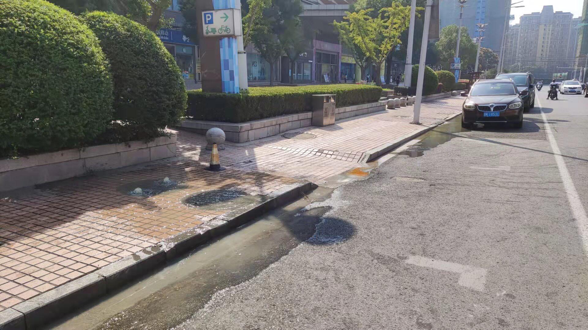 御景路人行道污水漫溢目前已经开始维修