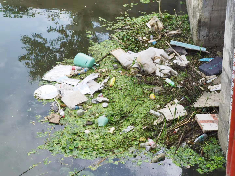 维扬路与G328交叉口附近河面漂浮大量塑料垃圾