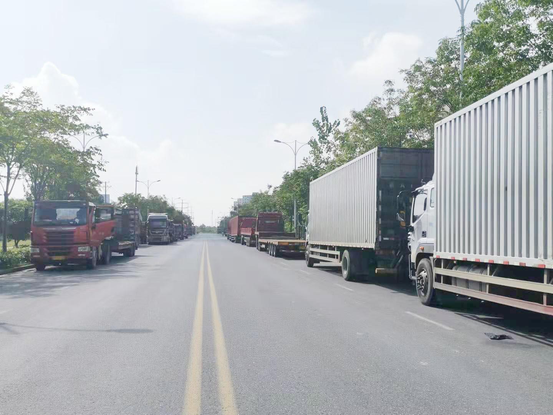 京杭南路两侧大货车哪来的?