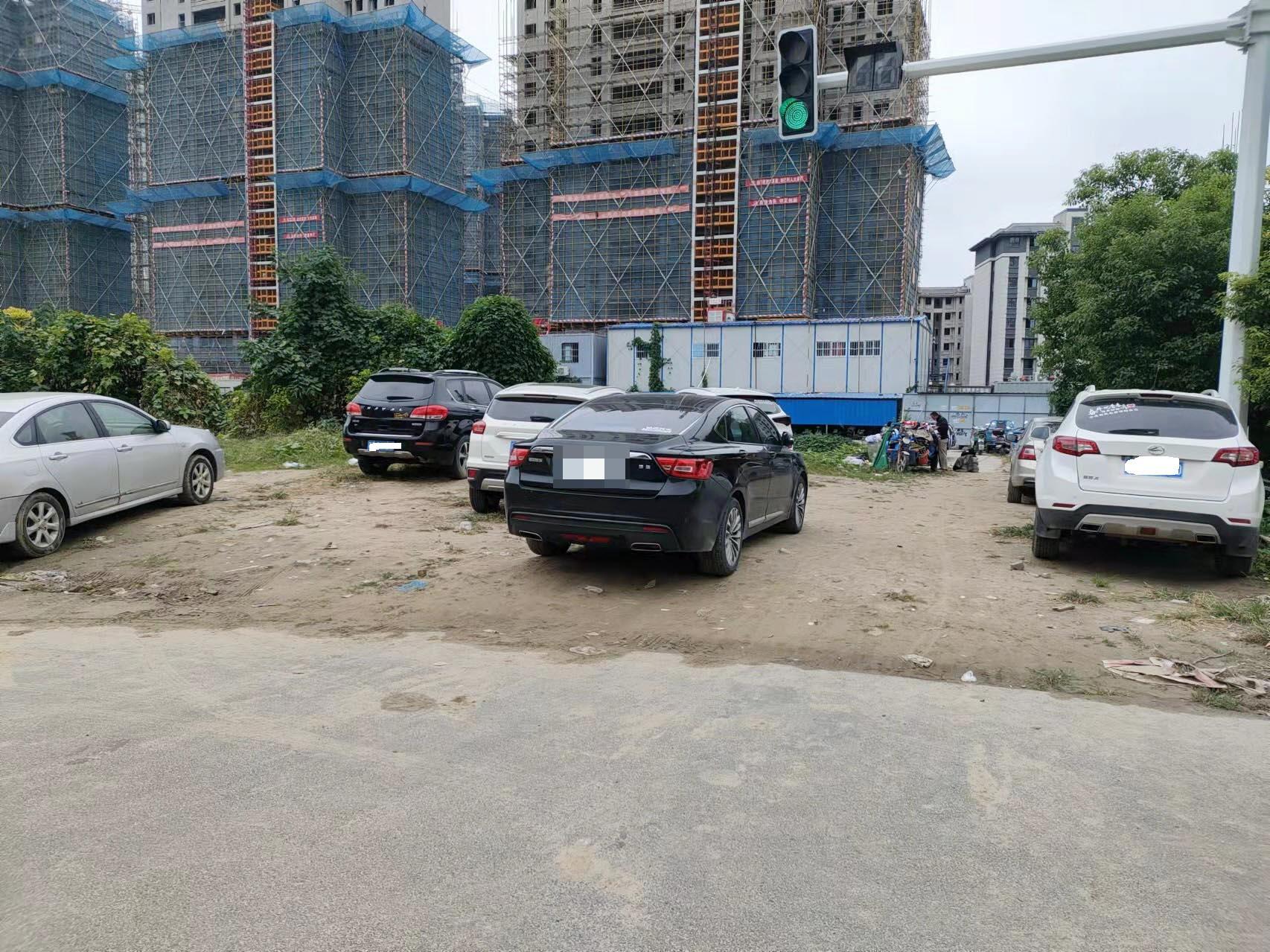 九龙花园附近路段乱停车现象严重