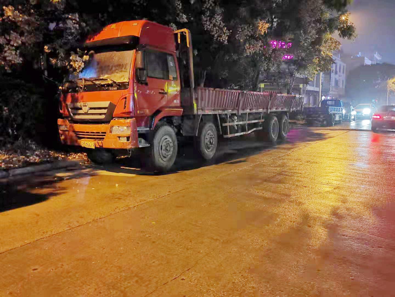 货车停在路口三个月交警联系后车主称将尽快挪走