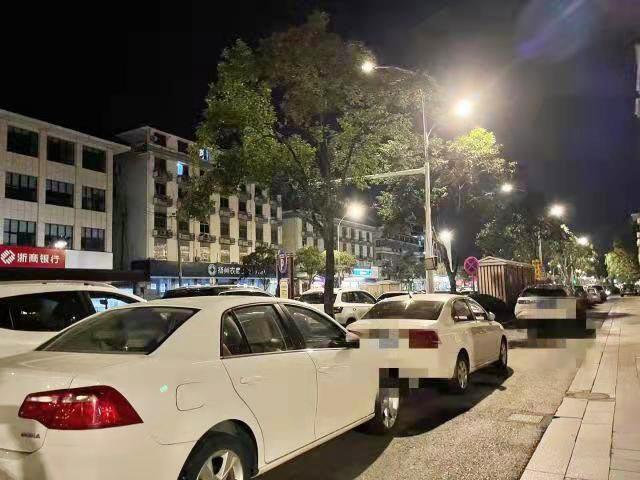 一到晚上 路边停满车 附近小区改造施工暂时停靠